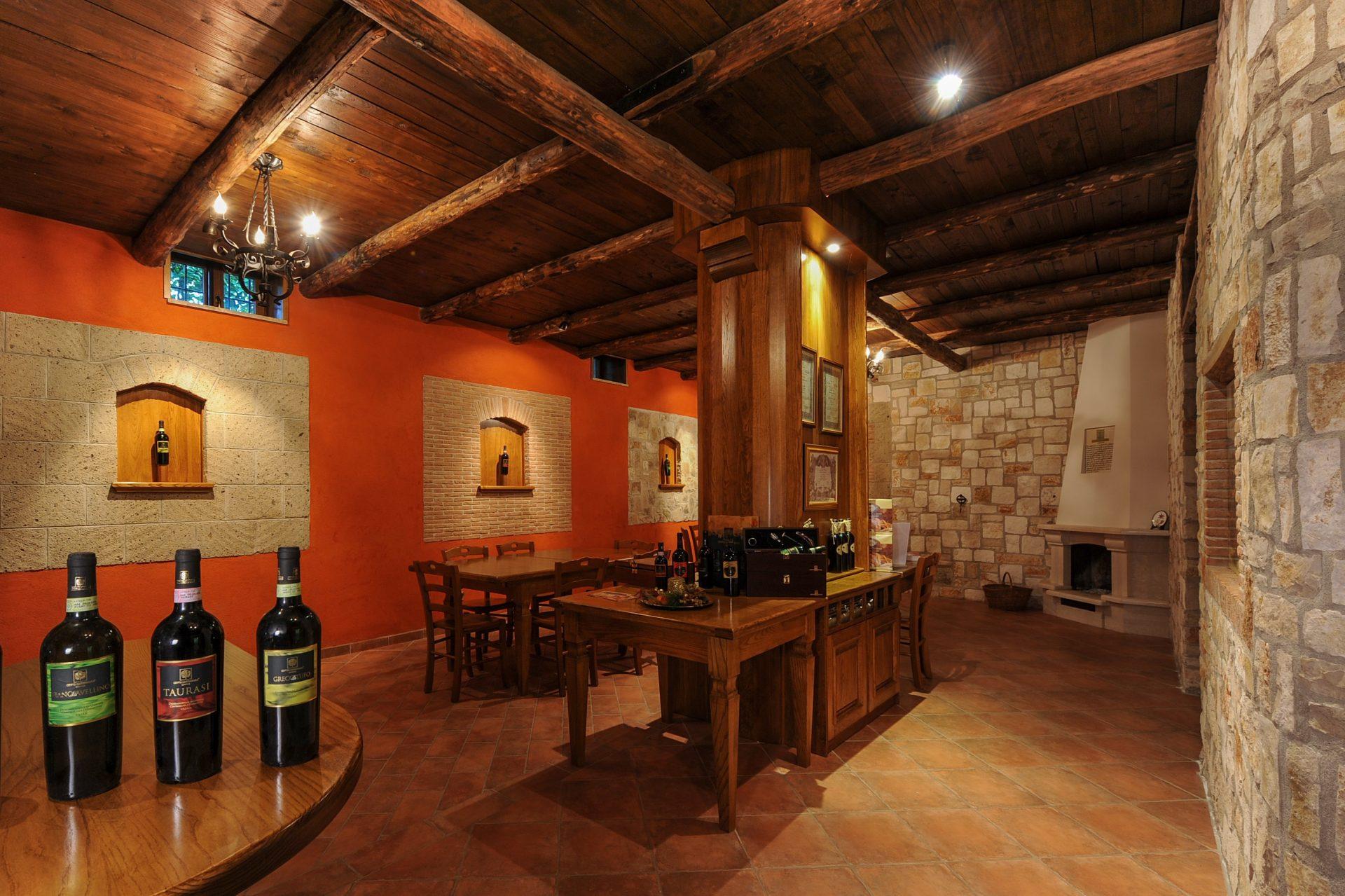 La Sala Degustazione Vini è un luogo accogliente in cui seduti comodamente potrete degustare e confrontarvi sui grandi vini campani